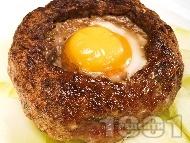 Печено гнездо от свинска кайма с яйце и гъби